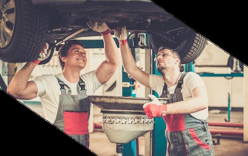 Mechaniker Ölwechsel in Werkstatt